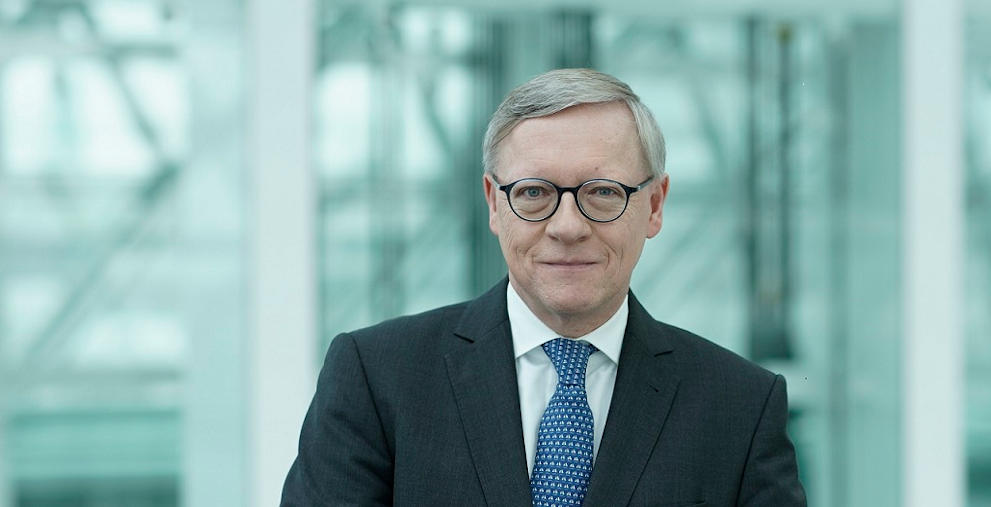 Christian Kolb geht nach 30 Jahren bei der HSBC in Rente und übergibt seine Aufgaben an Michael Schleef.
