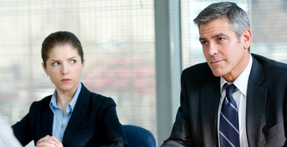 """Filmszene aus """"Up in the Air"""": Anna Kenndrick und George Clooney spielen smarte Kündigungsspezialisten."""