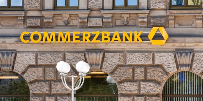 Die Commerzbank muss sich mit dem Vorwurf, in Singapur gegen KYC-Regeln verstoßen zu haben, auseinandersetzen.