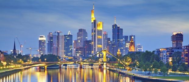 Frankfurter Skyline: Aufgrund einer neuen EU-Richtlinie hat die Ratingagentur Fitch die Kreditwürdigkeit der deutschen Banken teils dramatisch heruntergestuft.