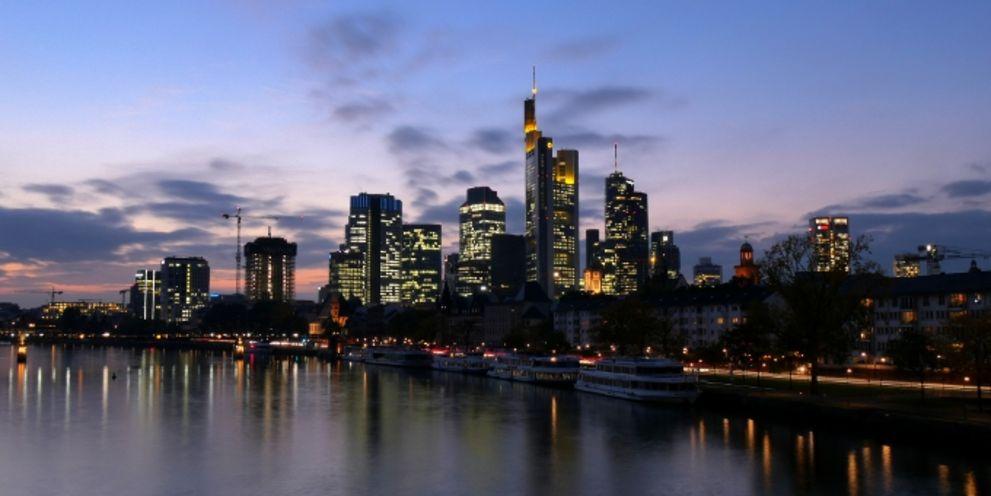 Deutsche Bank und Commerzbank können sich über ein Ratingupgrade freuen. S&P hat die Bonitätsnote der beiden Kreditinstitute um jeweils eine Stufe hochgesetzt.