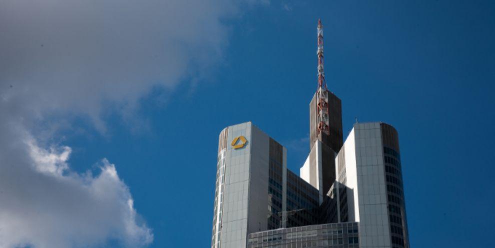Strafzinsen weiten sich aus: Jetzt will auch die Commerzbank Kunden zur Kasse bitten.