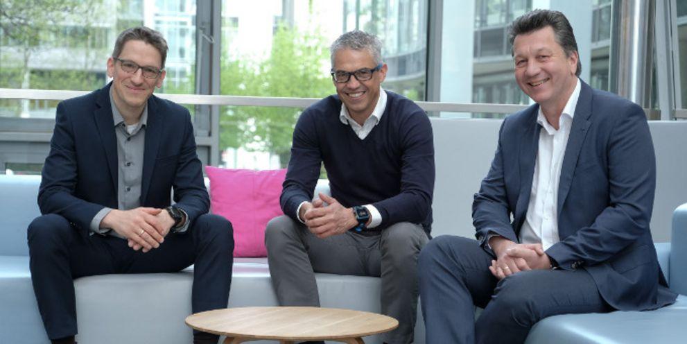 Stefan Vogt (links) und Jörg Esser (rechts) sind die beiden Anlagespezialisten für das Pensionsmanagement der Deutschen Telekom und berichten an Markus Schäfer (Mitte), der das Kapitalmarkt-Team bei dem Dax-Konzern leitet.
