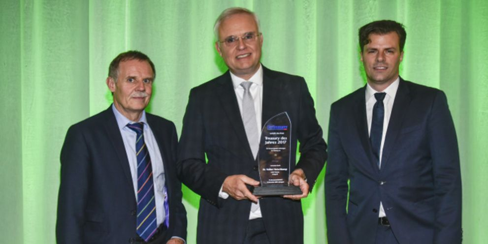 Der Sieger der Auszeichnung Volker Heischkamp von Innogy (Mitte) mit Vorjahressieger und Laudator Torsten Hinsche von Nordex (links) und Markus Dentz (rechts), Chefredakteur von DerTreasurer.