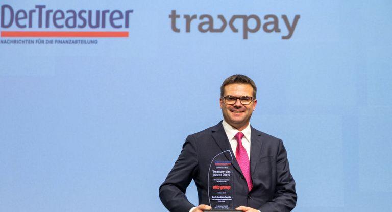 """Boris Jendruschewitz nahm die Auszeichnung """"Treasury des Jahres"""" stellvertretend für sein Team in Stuttgart entgegen."""
