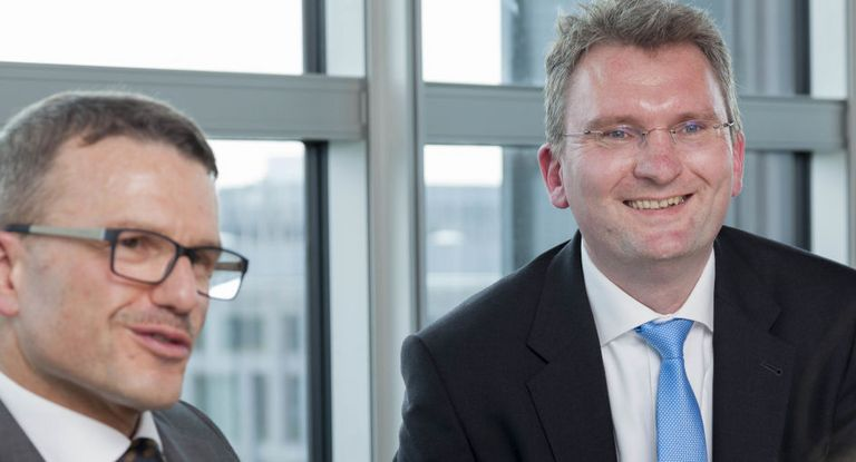 Die beiden Treasurer Wolfgang Bohner (links) und Christian Große Erdmann haben die Hybridanleihe federführend für die Deutsche Bahn platziert.