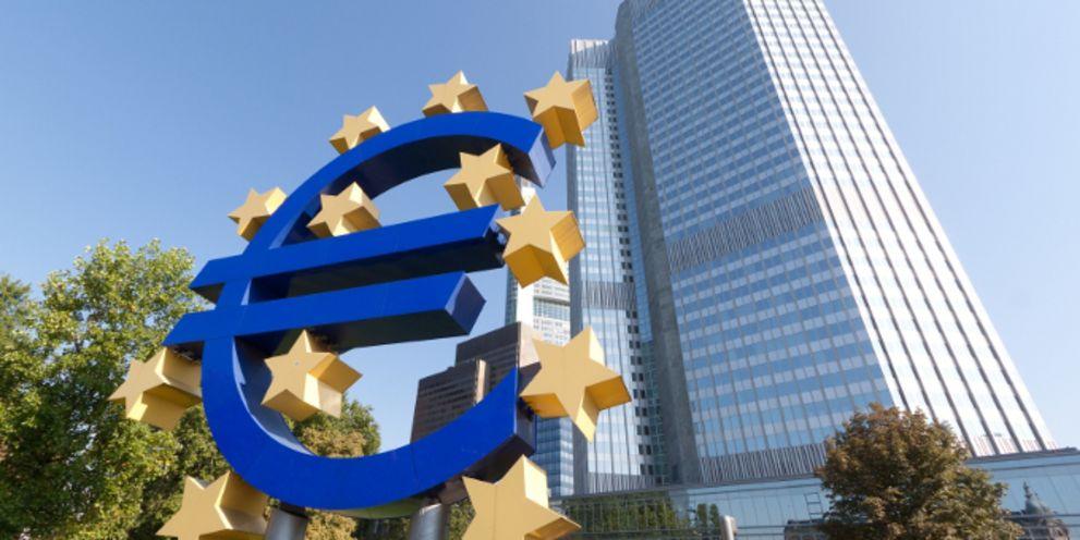 Die EZB ergreift immer drastischere Mittel, der Euro verliert an Wert.