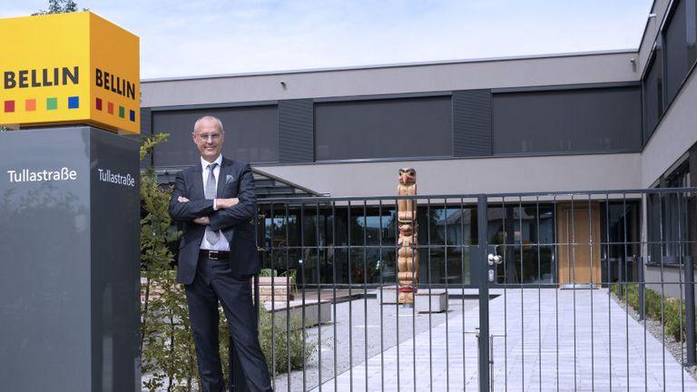 Martin Bellin vor den Toren des Bellin Campus: Der Gründer des TMS-Anbieters bleibt auch nach der Übernahme durch Coupa an Bord.