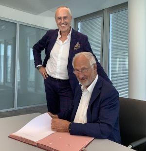 Martin Bellin (links) und Much-Net-Gründer Nikolai Bukureschtliew bei der Vertragsunterzeichnung.