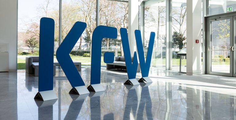 Ende März jährt sich das Angebot der KfW-Hilfskredite – Zeit, um eine erste kritische Bilanz zu ziehen.