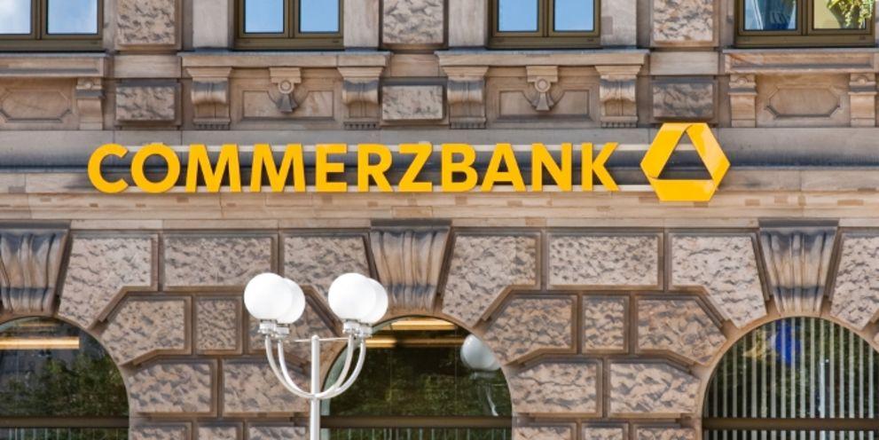 Die Commerzbank verlangt jetzt offenbar auch für große Einlagen Strafzinsen von ihren Firmenkunden.