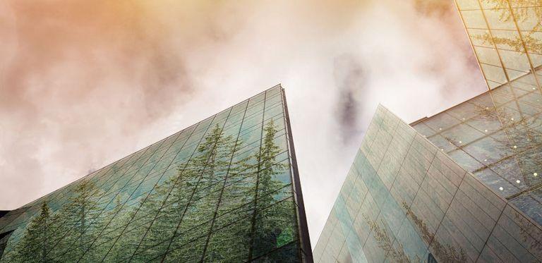 Auch wenn Wolken über dem Tagesgeschäft aufziehen. Viele Unternehmen halten Green Finance weiterhin im Blick.