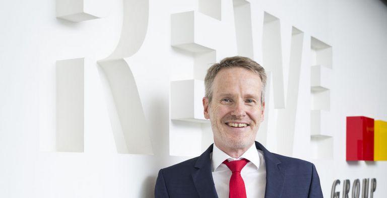 Group Treasurer Klaus Wirbel erklärt den neuen syndizierten Kredit für IFRS 16 bereit.