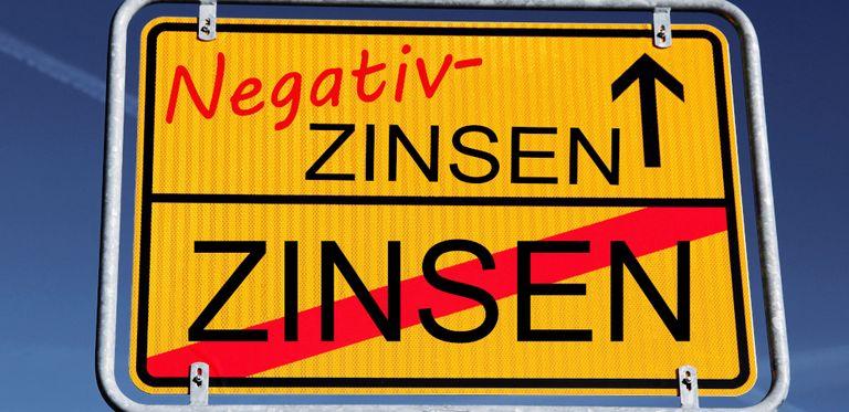 Immer mehr Banken reichen die Negativzinsen nicht nur an die Unternehmen weiter, sie schlagen sich noch eine Marge mit drauf. Aber die Unternehmen suchen nun nach Ausgleichsmöglichkeiten.