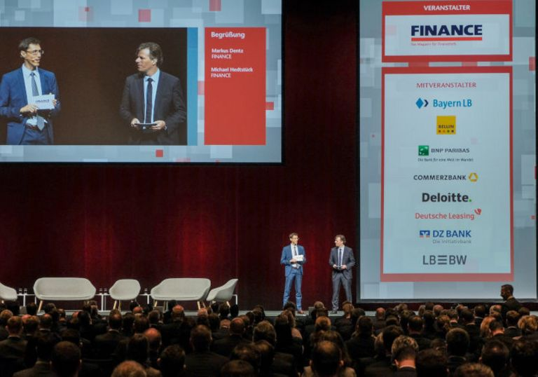 Die FINANCE-Chefredakteure Michael Hedtstück (links) und Markus Dentz eröffnen die 15. Structured FINANCE.