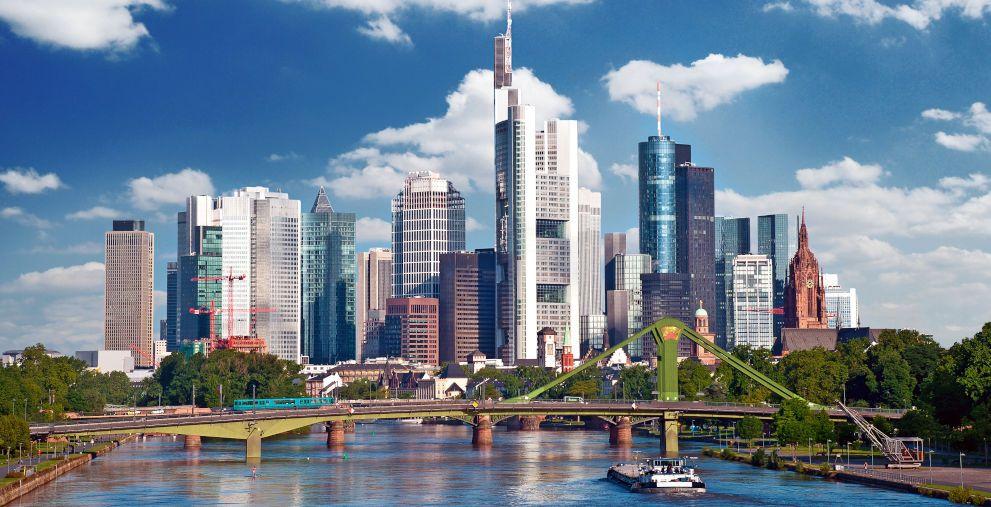 Bankentürme in Frankfurt: Der Corona-Aufschlag bei neuen Krediten gehört zumindest in einigen Branchen wieder der Vergangenheit an.