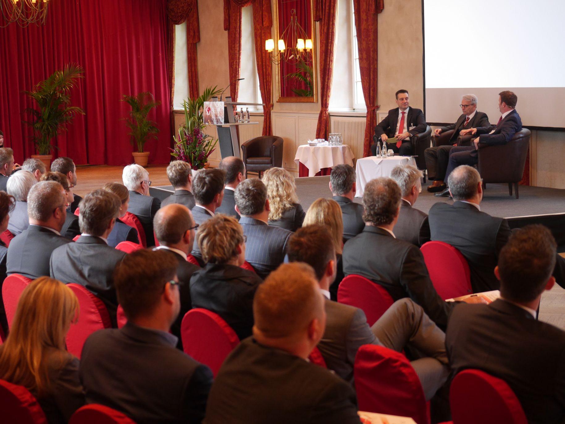 Hans-Peter Fekter (DED GmbH) und Marcel Otten (REWE Group) im On-Stage Interview 'Geopolitische Risiken und Cash Management'.