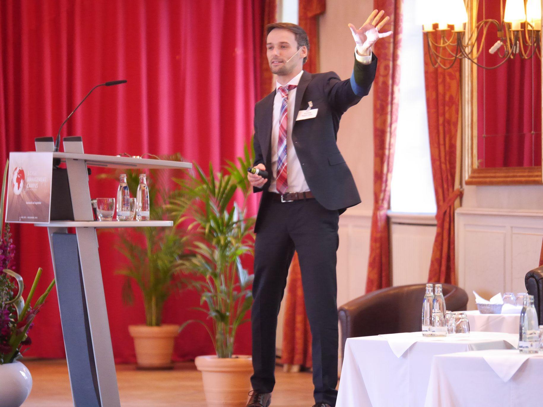 Sebastian Richter (Deutsche Post) mit der Kollegin Anna Harzheim (Deutsche Post) im XML-Erfahrungsbericht.