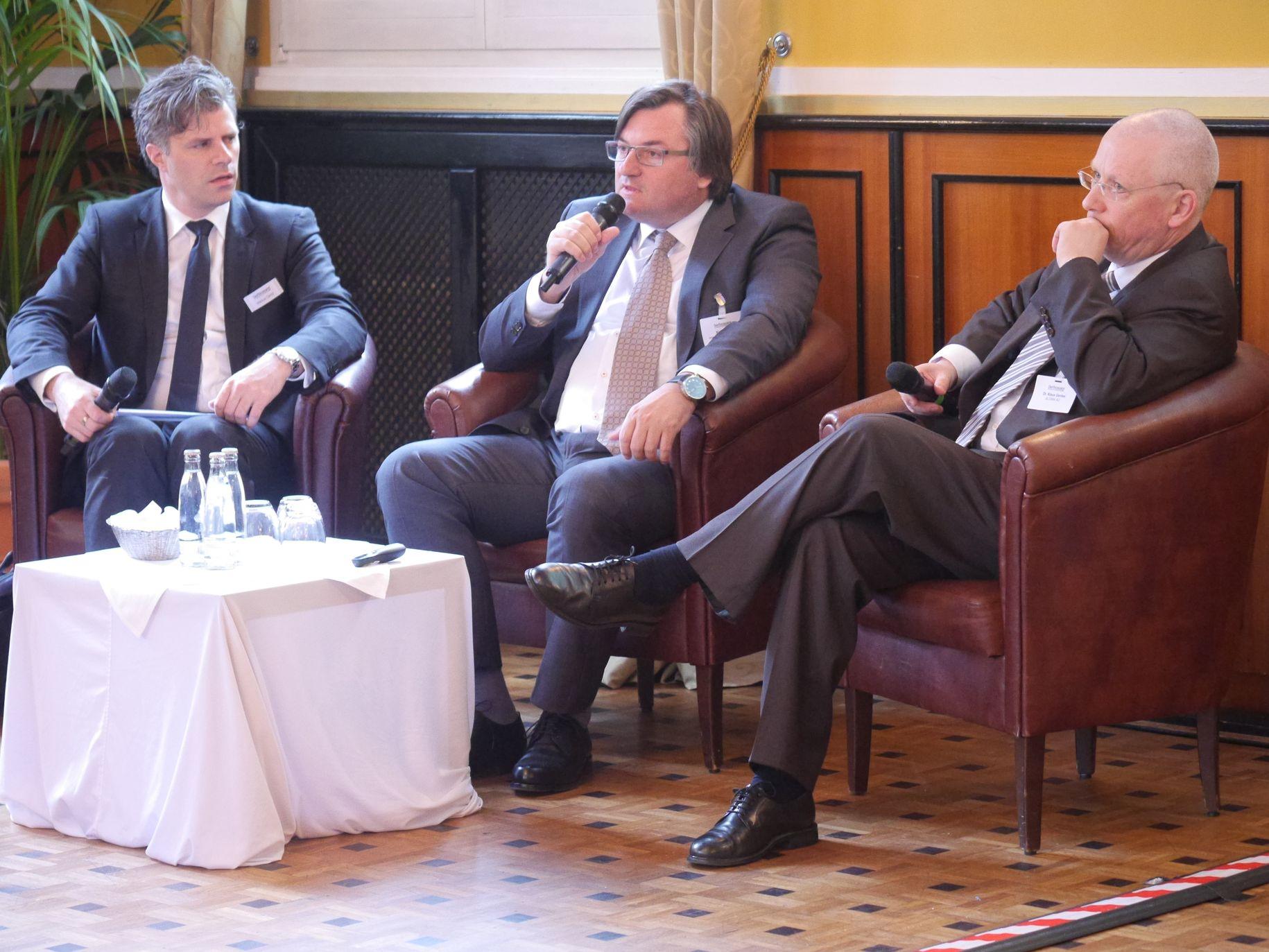 Dr. Klaus Gerdes (ALTANA AG) in der Diskussion mit Karl Markel (treasury executives 53 gmbH) und Markus Dentz (DerTreasurer).
