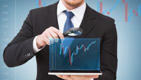Auf die Details kommt es an: Unternehmen nehmen Treasury-Management-Systeme genau unter die Lupe, um das passende zu finden.