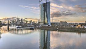 Die EZB geht aufs Ganze und senkt den Leitzins auf Null, auch die Strafzinsen auf Bankeinlagen weitet sie nochmals aus.