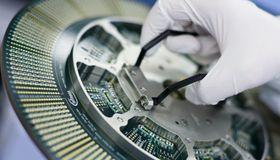 Infineon ist bei der Investoren-Suche für die US-Privatplatzierung kreativ geworden und hat die Geldgeber in Reinraumanzügen durch eine Produktionsstätte geführt.