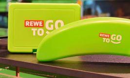 Rewe hat einen Schuldschein über 1 Milliarde Euro platziert. Mit dem Geld will der Handels- und Touristikkonzern unter anderem die Digitalisierung vorantreiben.