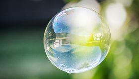 Entsteht am Schuldscheinmarkt eine gefährliche Blase? Experten warnen vor den nachlassenden Standards.