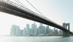 Auch Investitionen in Projekte wie Brückenbau können als Anlageform interessant sein.