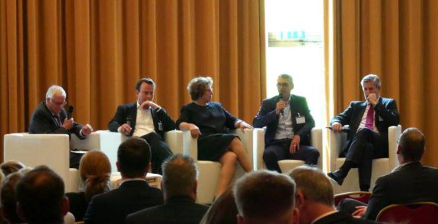 Panel-Diskussion auf der VDT-Veranstaltung (v.l.): Udo Cremer (VDT), Thorsten Kohrs (Lufthansa), Kathryn Pohl (ING), Jochen Krause (Innoopract) und Thomas Schörner (Schwabe, Ley & Greiner)