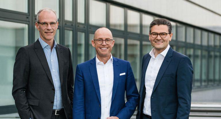 TIS-CEO Jörg Wiemer (Mitte) stellt sich zusammen mit Mitgründer Erol Bozak (rechts) und COO Erik Masing dem Wettbewerb im Softwaremarkt.