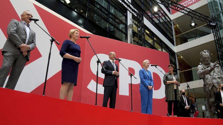 Starker Wahlabend für die SPD: Die Sozialdemokraten gewinnen im Bund, in Berlin und Mecklenburg-Vorpommern.