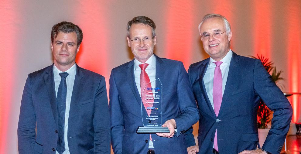 Der Sieger des Treasury des Jahres 2018 Klaus Wirbel von der Rewe Group (Mitte) mit Vorjahressieger und Laudator Volker Heischkamp von Innogy (rechts) und Markus Dentz, Chefredakteur von DerTreasurer (rechts).